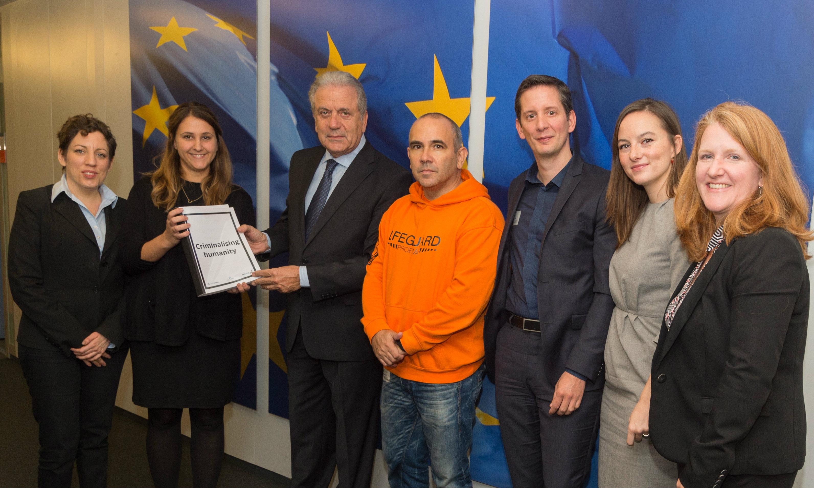 Campaignerin Olga Vuković (2. von links) und Manuel Blanco (4. v.l.) bei Kommissar Avramopoulos (3. v.l.).