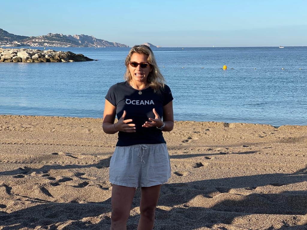 Maya Gabeira spricht am Strand über die Überfischung.