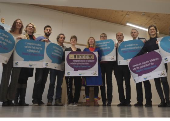Kläger/innen aus Portugal und Schweden mit unseren Partnern und WeMove.EU-Aktivisten bei der Übergabe der Unterschriften.
