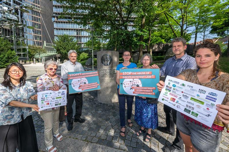 Des militants d'une trentaine d'organisations demandent la fin des brevets sur les plantes et les animaux et remettent notre lettre ouverte contre un brevet sur le saumon.
