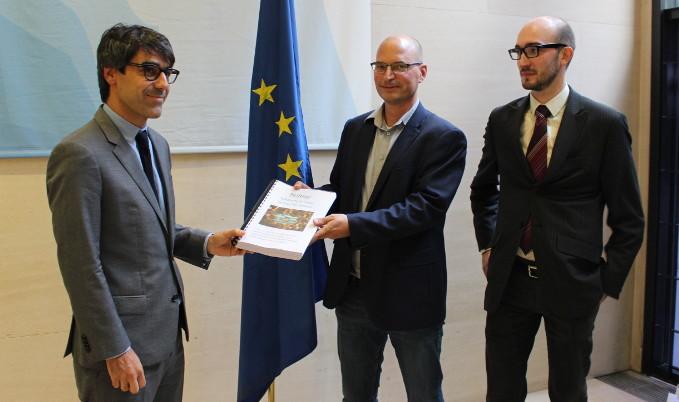 Aktivisten überreichen unsere Unterschriften an einen Vertreter der Euro-Gruppe