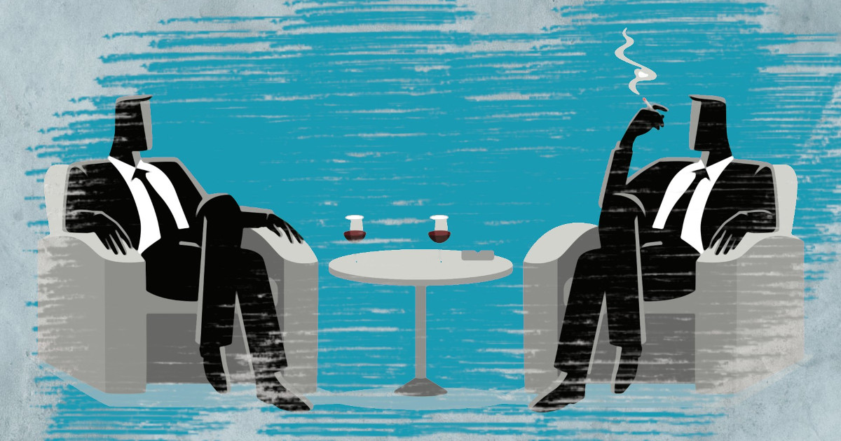 Zwei Männer sitzen hinter einer wenig transparenten Scheibe