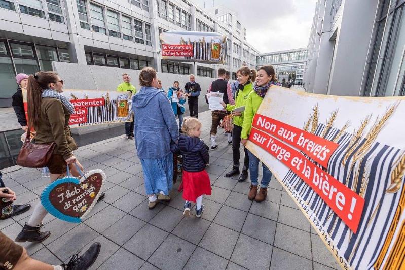 Adeptos da cerveja a caminho do Oktoberfest são recebidos por ativistas, que prestam esclarecimento