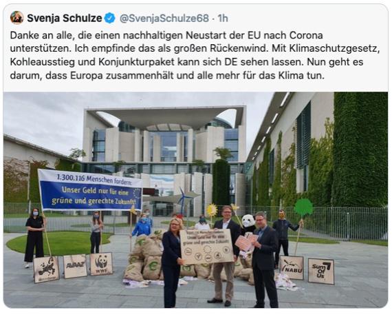Tweet del Ministro Federale per l'Ambiente Schulze che mostra il gruppo di azione di fronte alla Cancelleria tedesca e il ministro che accetta le firme.
