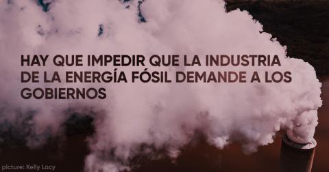"""Chimenea que arroja humo con el texto """"Hay que impedir que la industria de la energía fósil demande a los gobiernos"""""""