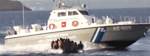 74 / 5000 Translation results Barca in mare, piccola zattera di salvataggio davanti, al centro, con gruppi di persone su di essa