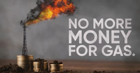 Ein brennendes Gaswerk steht auf einem Stapel von Geld.