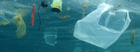 sacs plastiques et autres déchets dans la mer