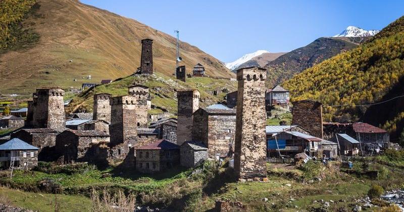 Ein Dorf in den Bergen Georgiens mit einer Reihe von Schutztürmen