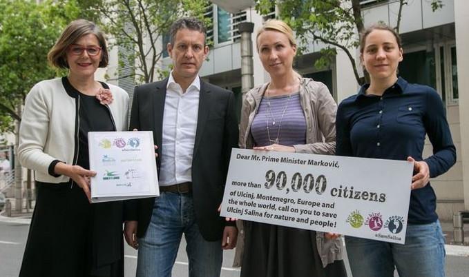 EuroNatur-Aktivist*innen mit ihrer YouMove-Petition
