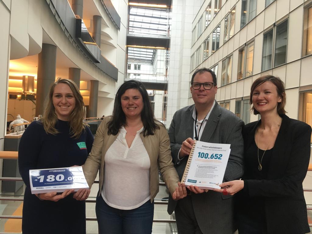 Übergabe der mehr als 100.000 Unterschriften zusammen mit unseren Partner/innen im EU-Parlament.